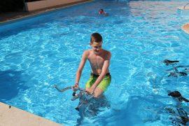 Водный велотренажер в бассейне_